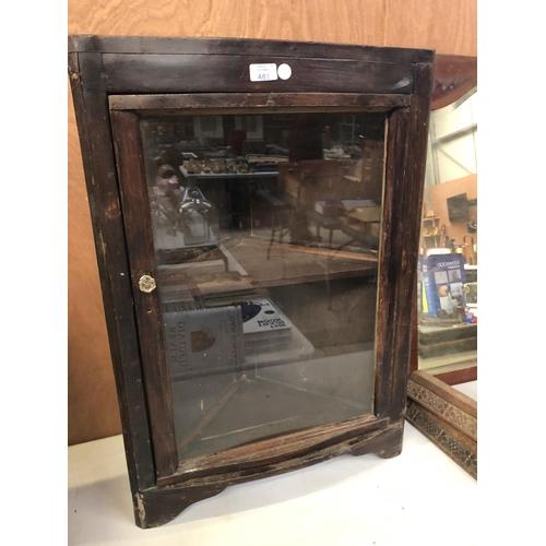 481 - A OAK CASED CORNER DISPLAY CABINET, WITH SINGLE GLAZED DOOR WITH GLASS DOOR HANDLE 79CM X 55CM...