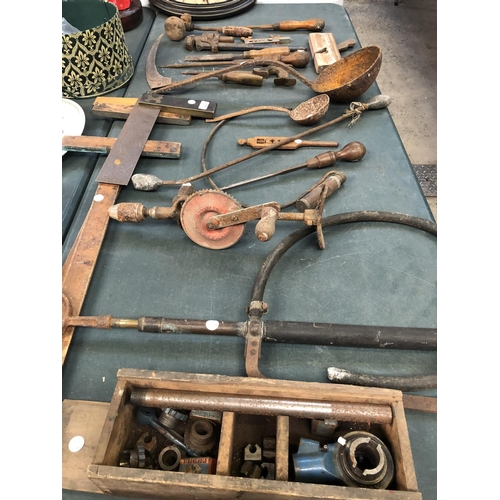 447 - A LARGE COLLECTION OF VINTAGE WOODEN AND OTHER UNUSUAL TOOLS TO INCLUDE A 'BRITISH TAPS AND DIE 1/2 ...