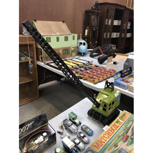 1022 - A VINTAGE METAL 'POWER HOUSE' EARTH MOVERS MOBILE CRANE...