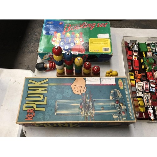 1032 - A GROUP OF VINTAGE CHILDREN'S GAMES TO INCLUDE A CHAMPIONSHIP BOWLING SET, VINTAGE 'PLUNK' GAME, ABA...