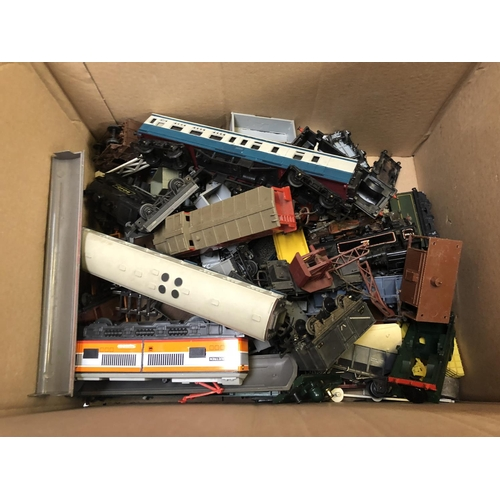 1090 - A BOX CONTAINING VARIOUS LOOSE SCALE RAILWAY CARRIAGES, LOCOMOTIVES, ETC (QTY)...