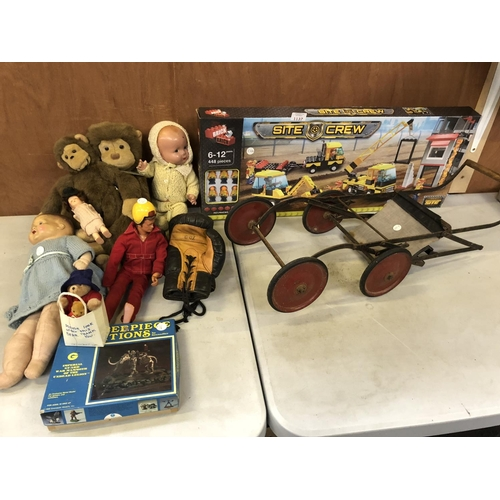 1137 - A MIXED GROUP OF VARIOUS VINTAGE ITEMS TO INCLUDE DOLLS, ACTION MAN FIGURE, PUSH-A-LONG VINTAGE TROL...