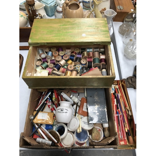 253 - A MIXED COLLECTION OF VARIOUS VINTAGE COTTON REELS, ARTIST EQUIPMENT, VARIOUS BRUSHES, ETC (QTY)...