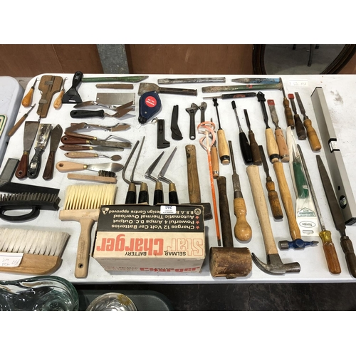 261 - A LARGE MIXED GROUP OF VARIOUS VINTAGE TOOLS TO INCLUDE HAMMERS, MALLETS, ADJUSTABLE WRENCHES, BRUSH...
