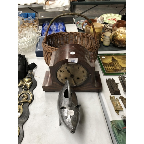 280 - A MIXED COLLECTION OF THREE ITEMS TO INCLUDE VINTAGE CHIMING WALL CLOCK WITH SUNBURST DECORATION, ME...