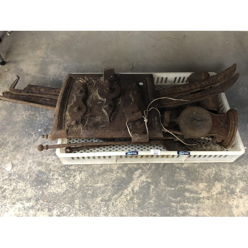 297 - A MIXED GROUP OF VINTAGE METAL WARE ITEMS TO INCLUDE A 'BAKERS' OVEN DOOR, SCALES, VARIOUS VINTAGE T...