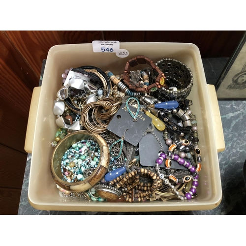 546 - A LARGE MIXED GROUP OF VARIOUS COSTUME JEWELLERY TO INCLUDE BANGLES, BEADS, CHAINS, ETC (QTY)...