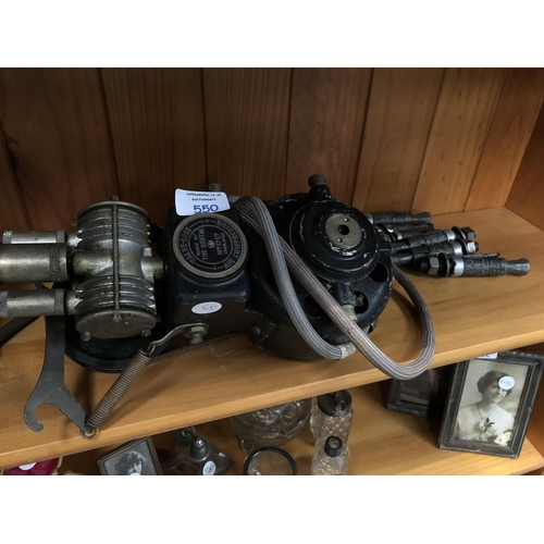 550 - A VINTAGE METAL VALVE-LESS AIR COMPRESSOR MADE BY 'THE DENTAL COMPANY' TOGETHER WITH FURTHER ATTACHM...