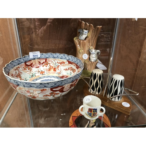 555 - A MIXED GROUP OF VARIOUS CERAMICS TO INCLUDE A 20TH CENTURY JAPANESE IMARI BOWL WITH SCALLOPED RIM, ...