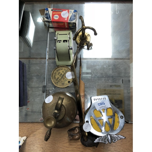 580 - A MIXED GROUP OF VARIOUS VINTAGE ITEMS TO INCLUDE 'AA' CAR BADGE, BRONZE PLAQUE, DESK CALENDAR CLOCK...