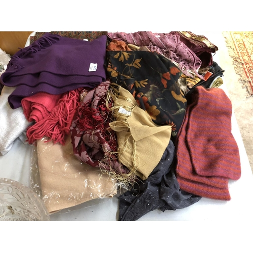 329 - A MIXED GROUP OF ASSORTED LADIES SCARFS AND FURTHER FABRIC ITEMS TO INCLUDE A 'SAMMY' SCARF ETC (QTY...