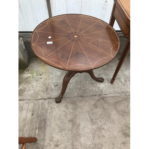915 - AN INLAID MAHOGANY OCCASIONAL TABLE ON CENTRE PEDESTAL SUPPORT...