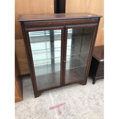 960 - A MAHOGANY CABINET WITH TWO GLAZED DOORS, MIRRORED BACK AND SHELVING...