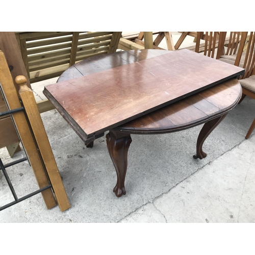 1061 - A MAHOGANY WIND OUT DINING TABLE ON CABRIOLE SUPPORTS WITH BALL AND CLAW FEET...