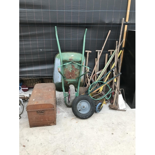 17 - A MIXED LOT TO INCLUDE A VINTAGE METAL TRUNK WHEELBARROW, VINTAGE TOOLS - SPADES, RAKES, FORKS, SCAR...