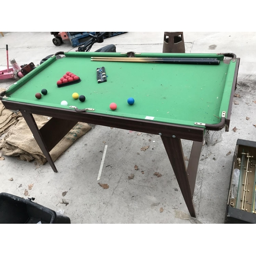 25 - A SNOOKER TABLE 139CM X 70CM APPROX WITH BALLS, CUES, SCORER, TRIANGLE AND CHALK...