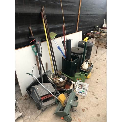 9 - A MIXED LOT OF TOOLS TO INCLUDE A BLACK AND DECKER LAWN RAKE GD200 11 INCH, SPADE, FORK, RAKE, LAWN ...