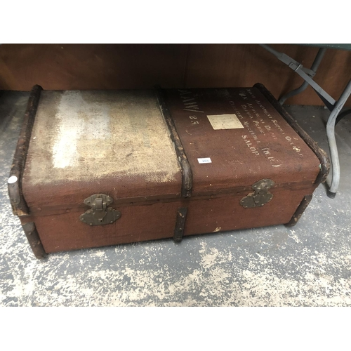 293 - A VINTAGE WOODEN BOUND TRAVELLING TRUNK...