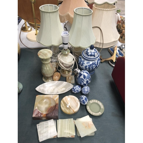 370 - A MIXED GROUP OF ITEMS TO INCLUDE LAMPS, BLUE AND WHITE ITEMS ETC (QTY)...