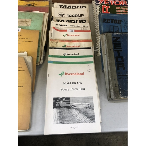 497 - A GROUP OF VINTAGE TRACTOR / IMPLEMENT BOOKLETS & MANUALS TO INCLUDE 'TAARUP' ETC (QTY)...