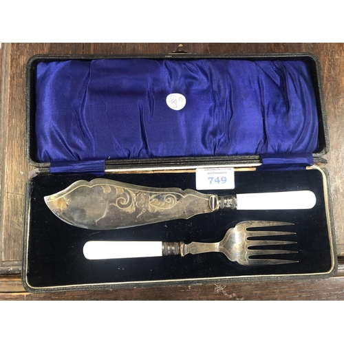 749 - A BOXED HALLMARKED SILVER AND MOTHER OF PEARL HANDLED FISH SERVING SET, CASE A/F...