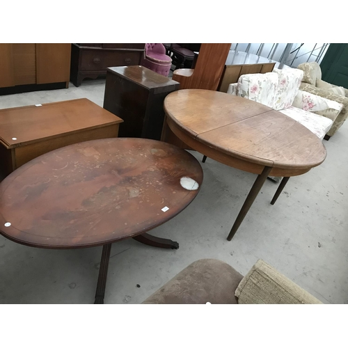 977 - A MAHOGANY COFFEE TABLE AND A G PLAN TEAK EXTENDING DINING TABLE (REQUIRES REPAIR TO RIM)...