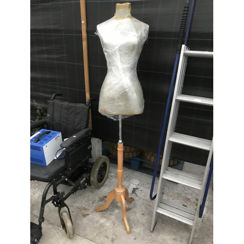 11 - A SHOP MANNEQUIN ON STAND...