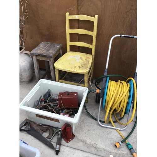 31 - A VINTAGE WOODEN STOOL AND CHAIR, A GARDENA HOSE PIPE ON A REEL AND BOX OF TOOLS...