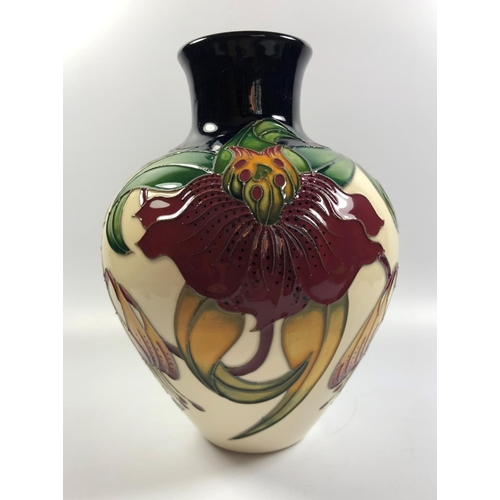 517 - A MOORCROFT POTTERY 'ANNA LILY' PATTERN VASE, HEIGHT 19CM...