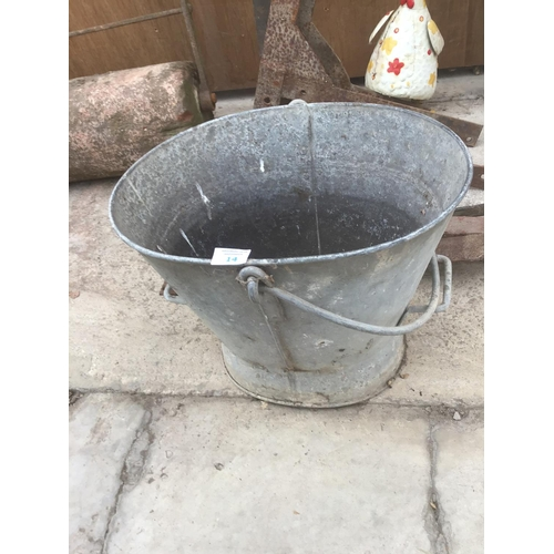 14 - A MIXED VINTAGE LOT TO INCLUDE LARGE HINGES, A GALVANISED COAL SCUTTLE,ETC...