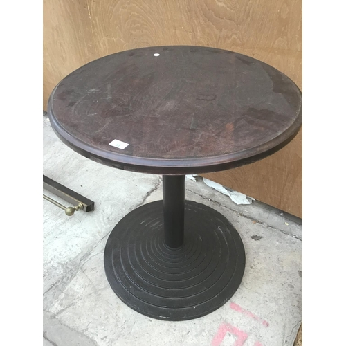 31 - A ROUND WOODEN PUB STYLE TABLE ON A BLACK CAST IRON BASE...