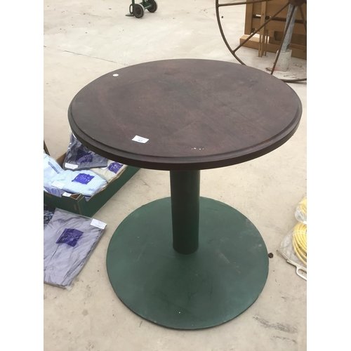 42 - A ROUND WOODEN PUB STYLE TABLE ON A GREEN CAST IRON BASE...