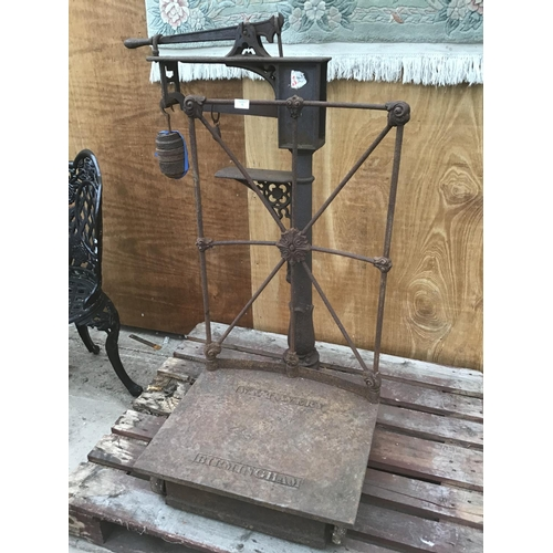 5 - A SET OF ORNATE VINTAGE INDUSTRIAL SCALES STAMPED W & T AVERY BIRMINGHAM WITH WEIGHTS...