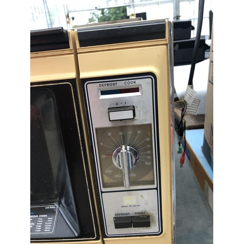 310 - A RETRO MICROWAVE OVEN IN WORKING ORDER...