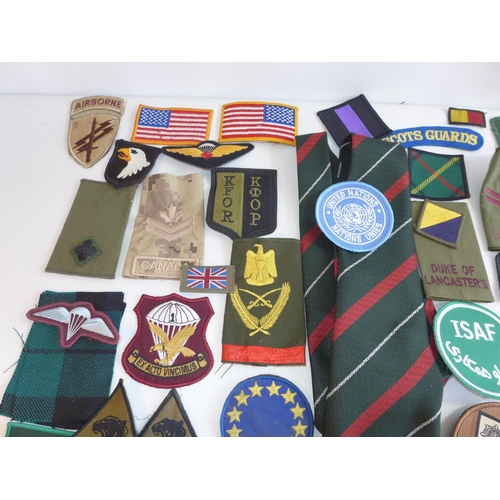 327 - A LARGE QUANTITY OF CLOTH BADGES TO INCLUDE SAS, SCOTS GUARDS, GREEN HOWARDS, DESERT RATS, RIFLES, P...