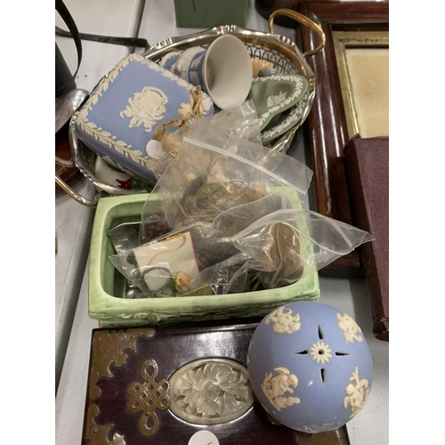 115 - A SELECTION OF PLATES AND ORNAMENTS TO INCLUDE SOME WEDGEWOOD AND A SILVERPLATE DISH...