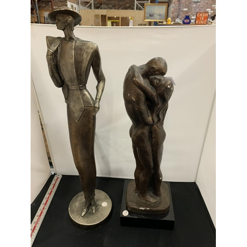 15 - TWO MARKED RESIN FIGURES TO INCLUDE A LOVING COUPLE (1981) AND AN ART DECO STYLE LADY - AUSTIN PROD ...