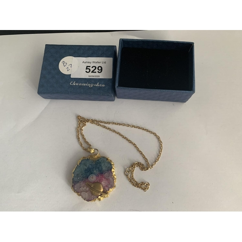 529 - A STONE AND YELLOW METAL NECKLACE...