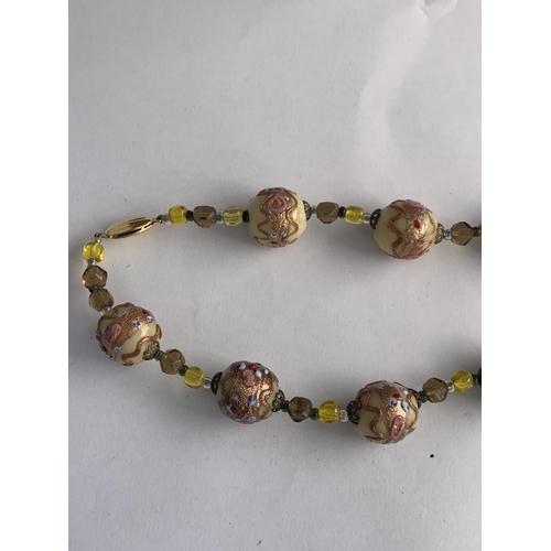 593 - A VINTAGE MURANO GLASS CREAM, PINK & YELLOW COLOURED BEAD NECKLACE WITH 9CT GOLD CLASP, 18 INCH...