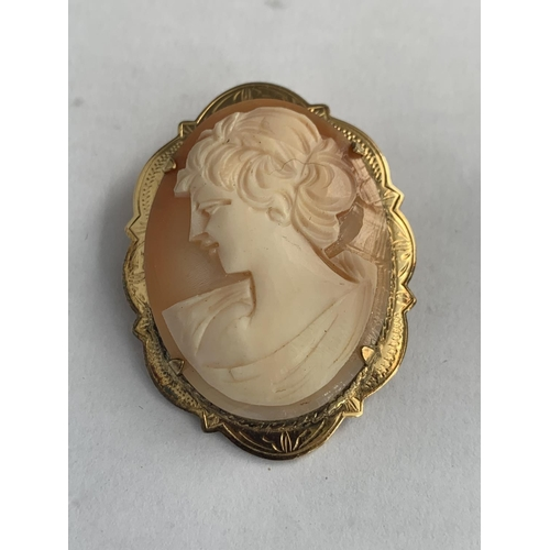 598 - A PINCHBECK CAMEO BROOCH...