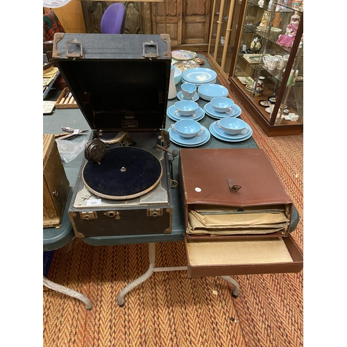 486 - A VINTAGE CASED GRAMOPHONE AND A COLLECTION OF RECORDS...