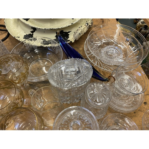 814 - A LARGE COLLECTION OF GLASS TO INCLUDE DECANTERS, GLASSES, LARGE BOWLS ETC...