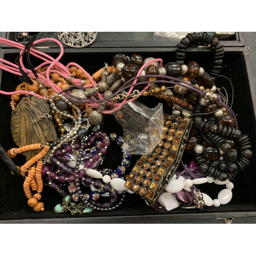 99 - A MODERN DISPLAY CASE CONTAINING AN ASSORTMENT OF COSTUME JEWELLERY...