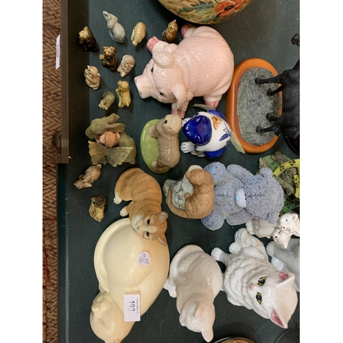 193 - AN ASSORTMENT OF CERAMIC ANIMAL FIGURES TO INCLUDE A BLUE AND WHITE FROG, A LARGE TIGER AND CUB AND ...