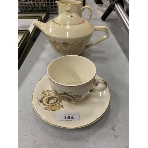 164 - AN ASSORTMENT OF CERAMIC WARE TO INCLUDE TWO JUGS AND A LANGLEY TANKARD...