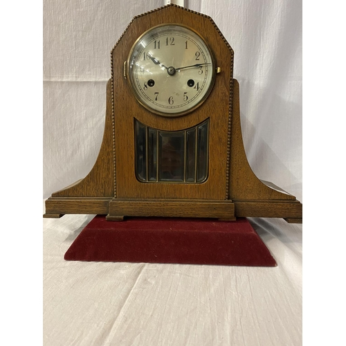 4A - AN OAK ART DECO STYLE CHIMING MANTLE CLOCK WITH ROPE EDGE DETAIL - HEIGHT 31CM