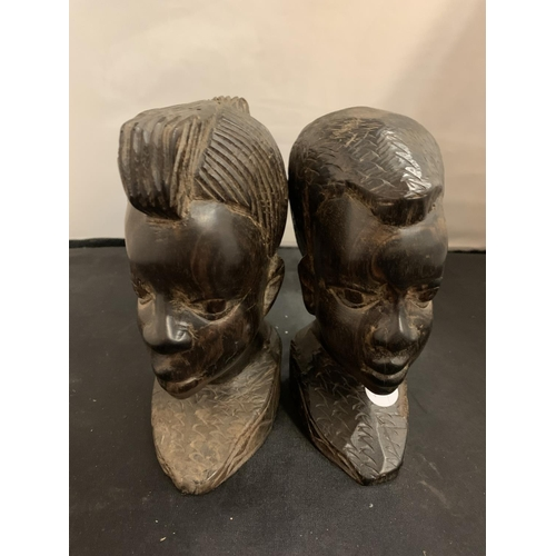 15 - A PAIR OF WOODEN DECORATIVE CARVED TRIBAL HEAD BUSTS (H:18.5CM)