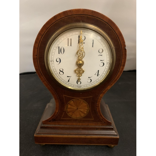 28 - A VINTAGE MAHOGANY MANTEL CLOCK WITH INLAY DETAIL TO INCLUDE A KEY (H: 23CM)