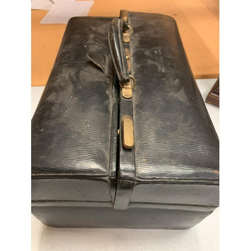 29 - A VINTAGE LEATHER JEWELLERS BAG TO INCLUDE THE JEWELLERY BOX CONTENTS