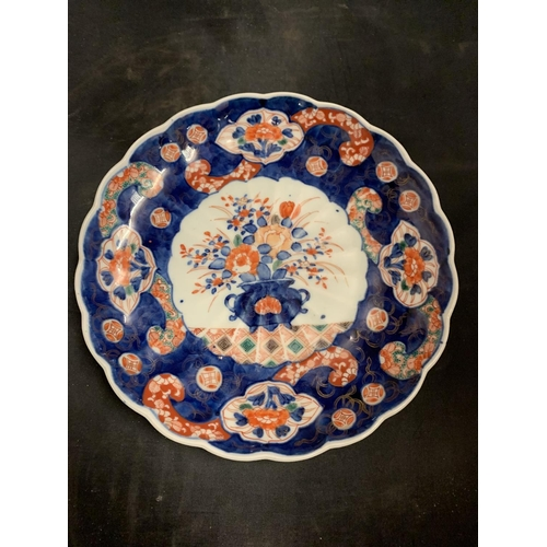 51 - A JAPANESE MEIJI PERIOD 19TH CENTURY PLATE DEPICTING A VASE OF FLOWERS